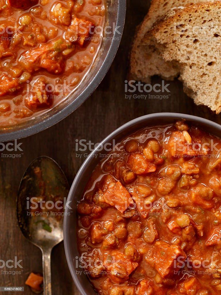 Lenteja y salchichas sopa de tomate foto de stock libre de derechos
