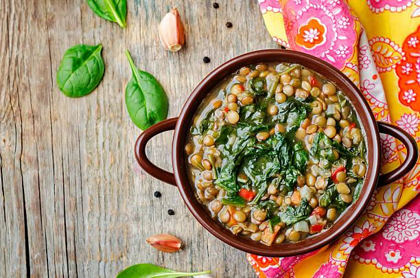 linse spinat-suppe - spinatsuppe stock-fotos und bilder