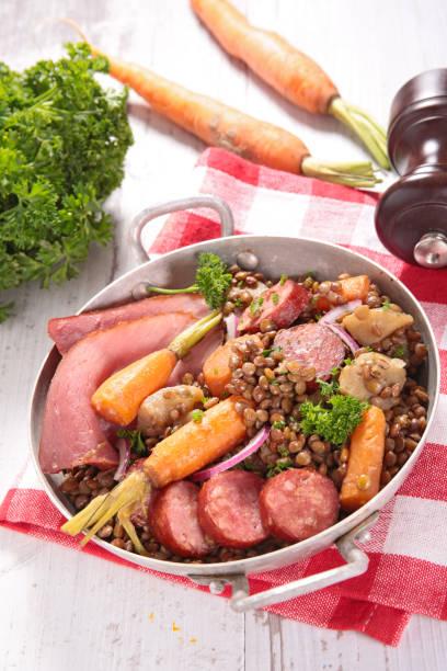 linsen gekocht mit fleisch und möhren - linseneintopf mit speck stock-fotos und bilder