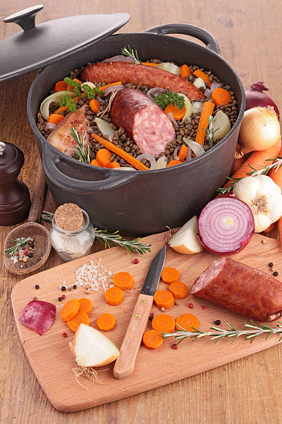 linsen und gemüse und fleisch - linseneintopf mit speck stock-fotos und bilder