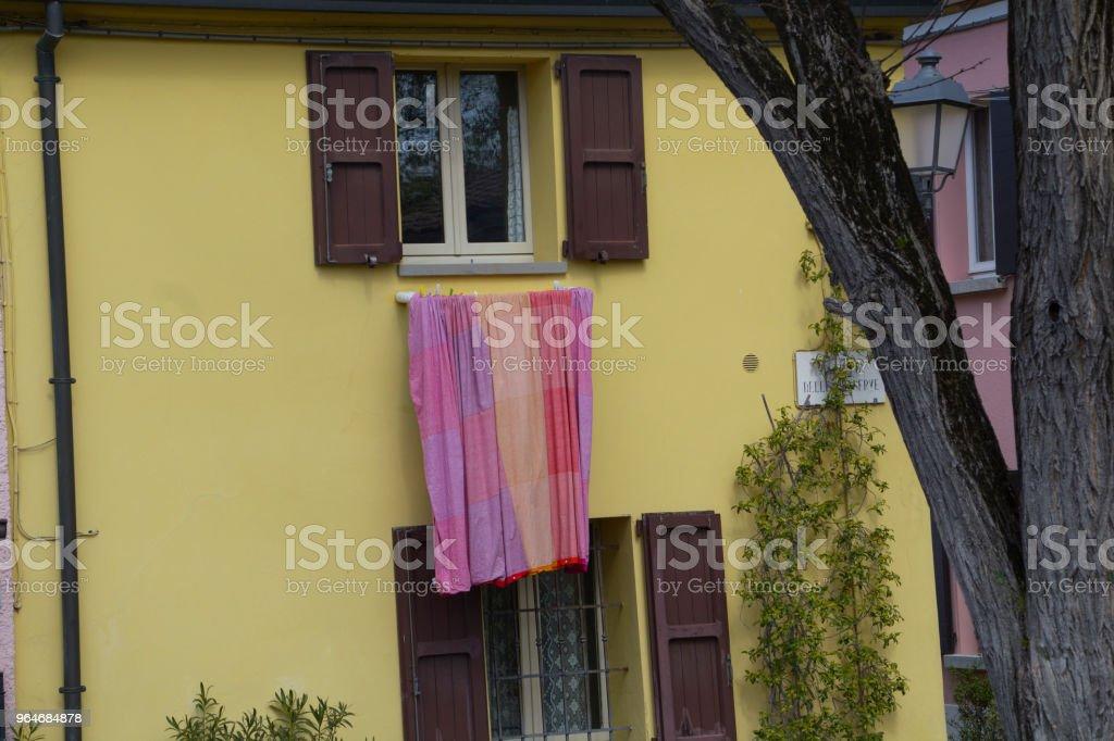 Lenzuolo steso alla finestra royalty-free stock photo
