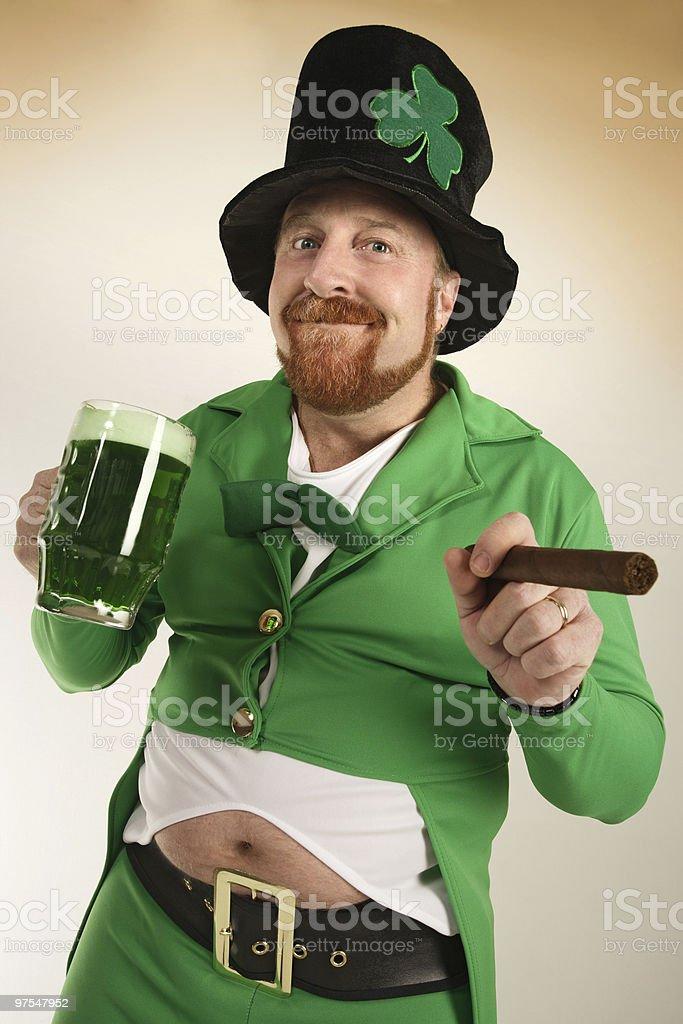 Vert Leprechaun boire de la bière photo libre de droits