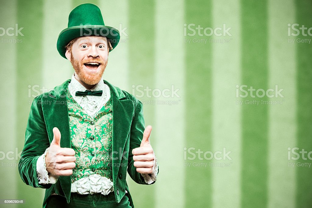 Leprechaun Man Celebrating - foto de acervo