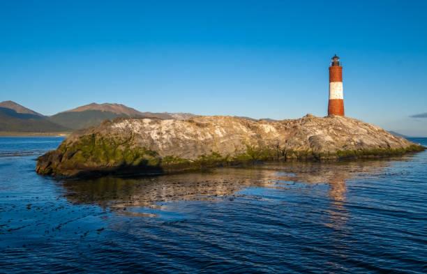 Les Eclaireurs Lighthouse (die Pfadfinder), ein Leuchtturm, der auf der nordöstlichsten Insel im Beagle-Kanal, in der Nähe von Ushuaia, Tierra del Fuego, Argentinien steht. – Foto