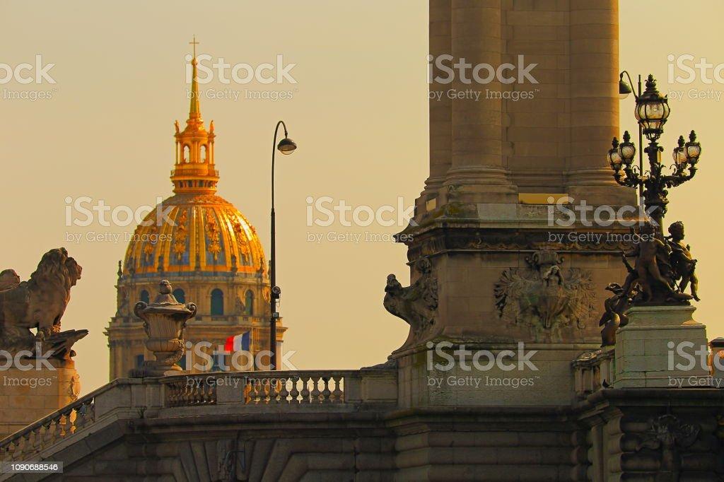 Les Invalides e bandeira francesa de Pont Alexandre III ao nascer do sol – Paris, França - foto de acervo