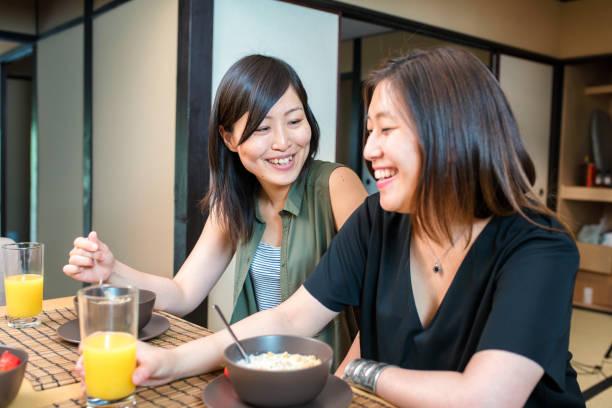 レズビアンカップルの朝食と - lgbtqi  ストックフォトと画像