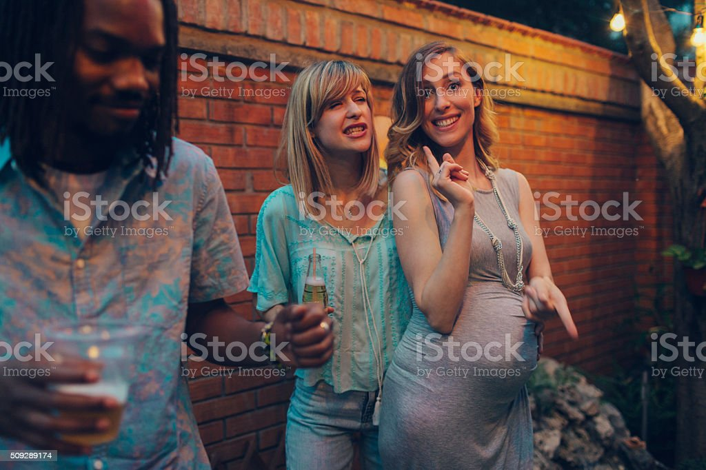Lesbiana pareja divirtiéndose en una fiesta en el jardín - foto de stock
