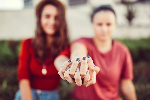 Lesbiennes couple tenant les mains - Photo