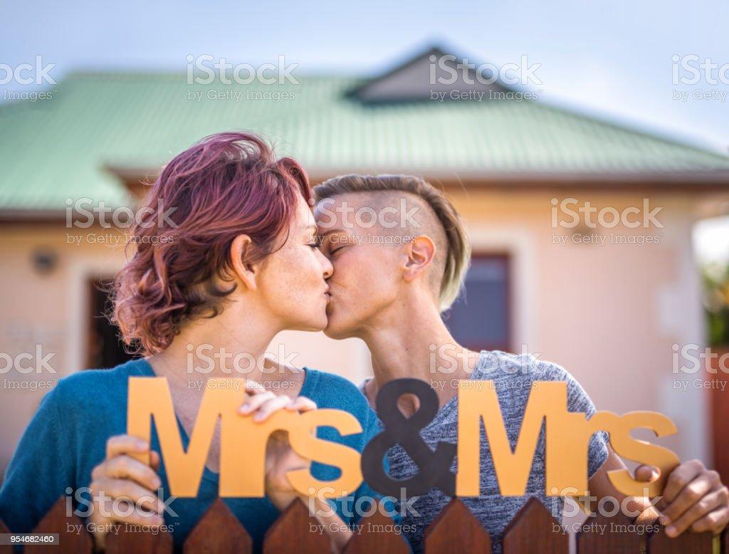 Pareja De Lesbianas En El Amor Besos Manteniendo Apoyo En Cerca Foto De Stock Libre De