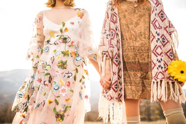 lesbische paar - hippie kleider stock-fotos und bilder