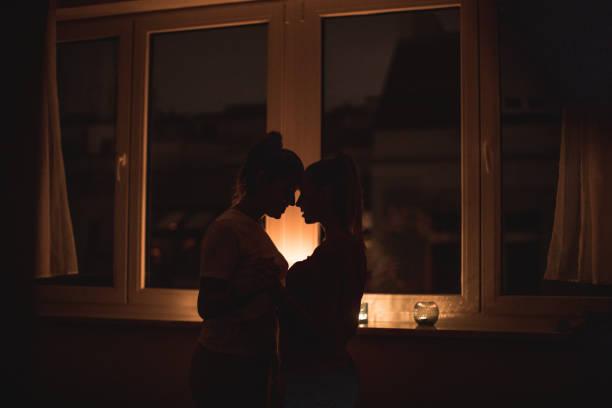 Lesben paar, romantische Nacht mit Kerzen – Foto