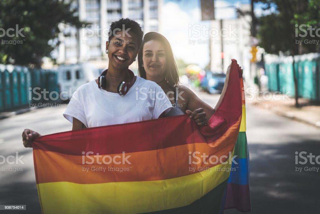 Couple de lesbiennes avec drapeau arc-en-ciel - Photo
