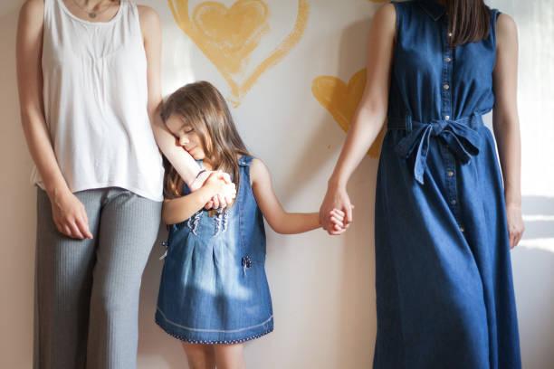 Pareja lesbiana con su hija - foto de stock