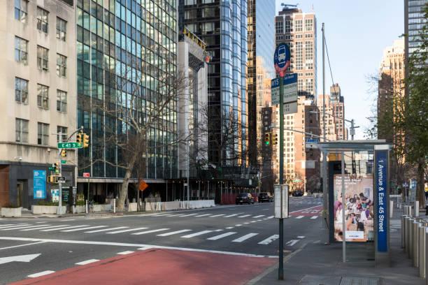コロナウイルスの流行による通りの人が少ない - corona newyork ストックフォトと画像