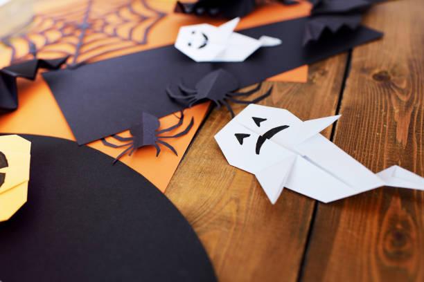lektion von origami. schöpferische begabung. hände von kindern. - origami anleitungen stock-fotos und bilder