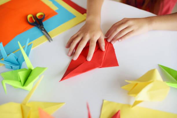 lektion des origami - kindergarten workshop stock-fotos und bilder