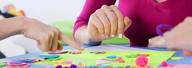 lektion bereits im kindergarten mit lehrer im creative - kindergarten workshop stock-fotos und bilder