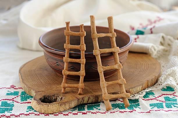 lestvitsi, russische rye festliche spring cookies, clay bowl und rus - spitzenkekse stock-fotos und bilder