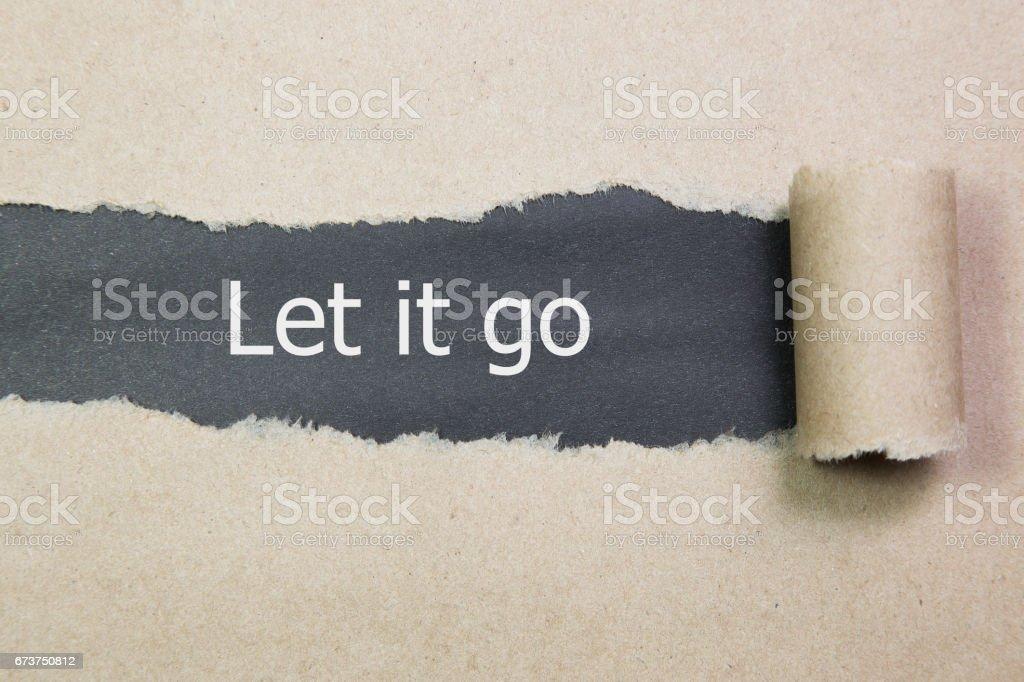 laisser aller écrite sous le papier déchiré. photo libre de droits