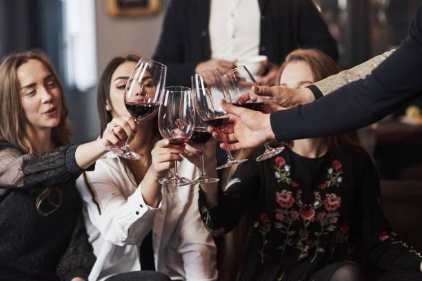 Lasst uns für unser Glück trinken. Familienfreunde haben schöne Zeit in schönem Luxus modernen Restaurant – Foto