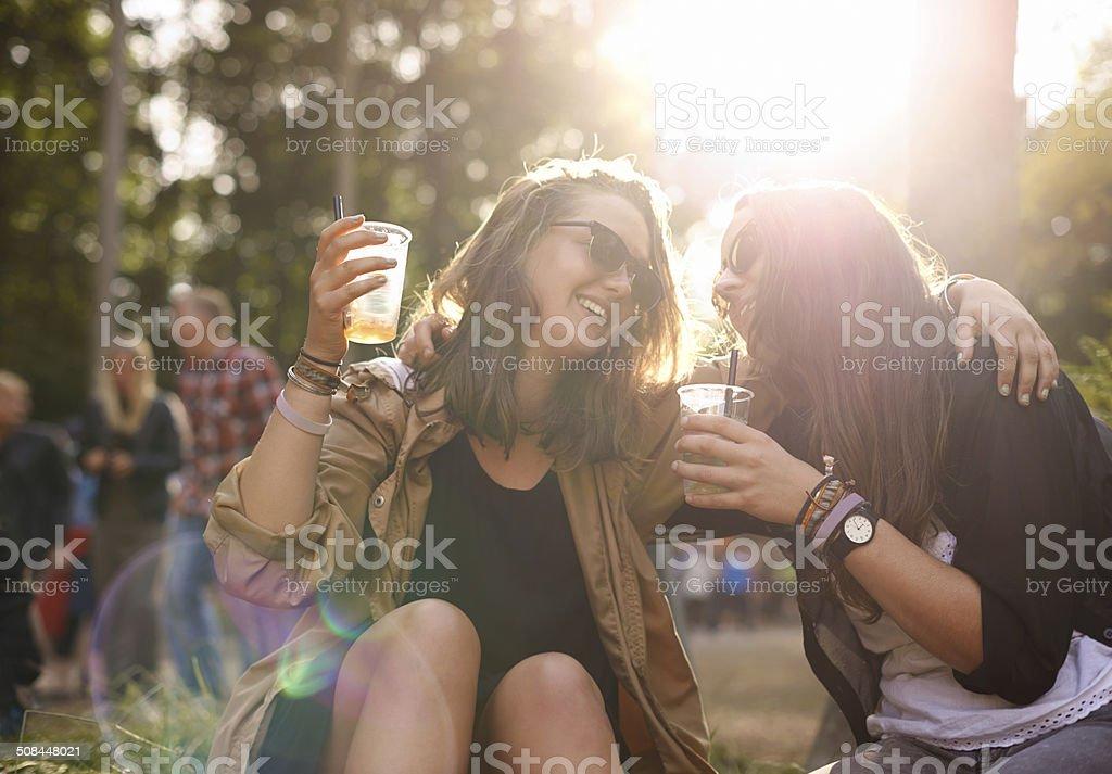 Let's bebida a la amistad - foto de stock