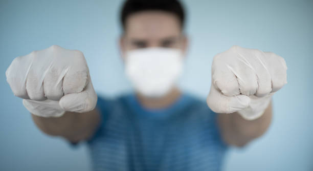 Lasst uns das Virus bekämpfen! Mann trägt Schutzmaske und Handschuhe. Coronavirus-Konzept. – Foto