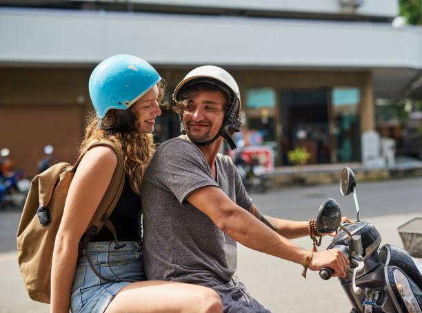 laissez-les partir à l'aventure - moped photos et images de collection
