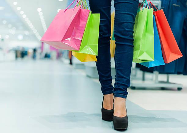 let's go shopping! - damen jeans sale stock-fotos und bilder