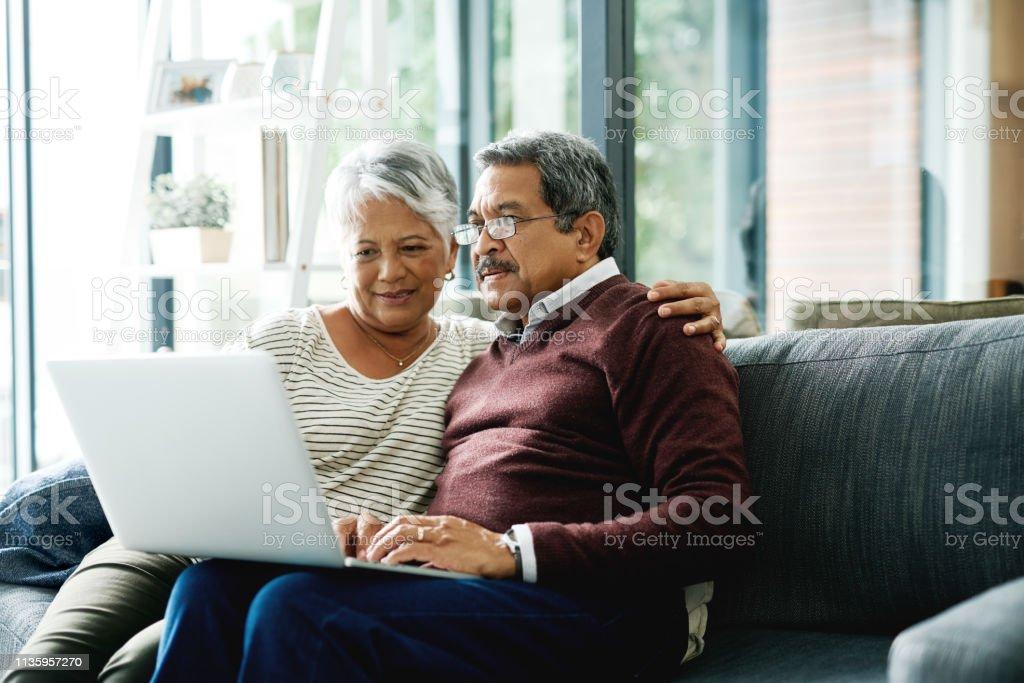 Laten we eens kijken naar restaurant reviews online en kies uit daar - Royalty-free 60-69 jaar Stockfoto