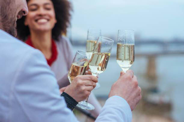 lasst uns einen toast! - paletten terrasse stock-fotos und bilder