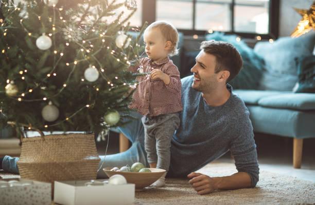 können, wählen sie perfekte ornamente - weihnachtlich dekorieren stock-fotos und bilder