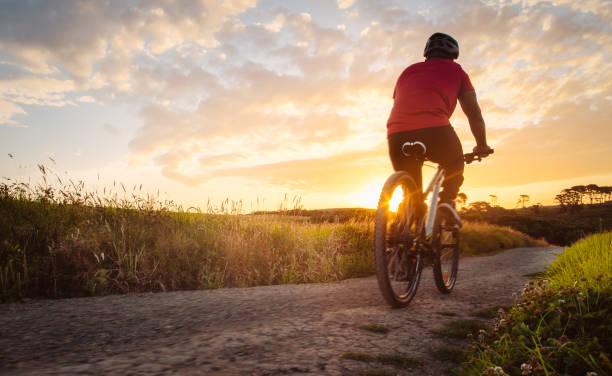 iniziamo l'avventura. - ciclismo foto e immagini stock