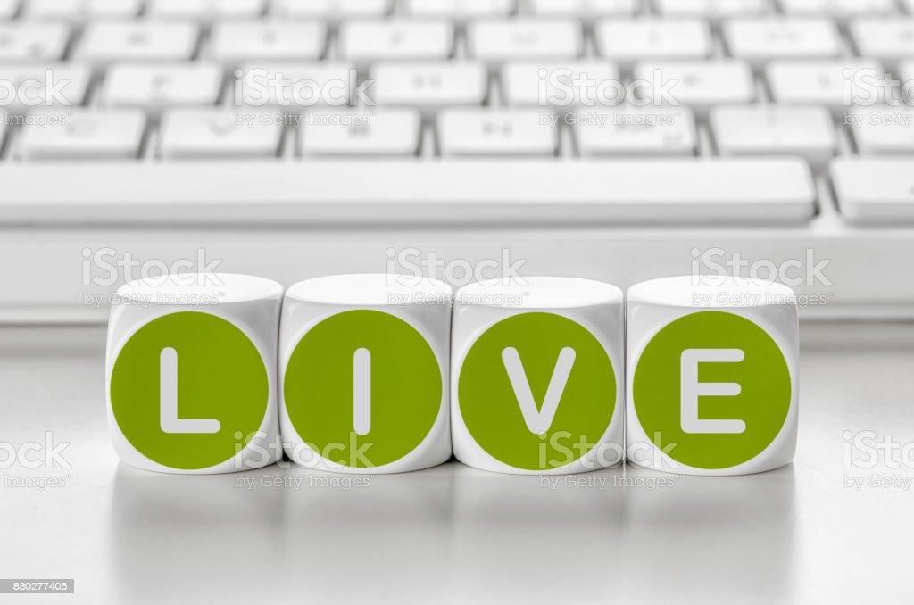 Dados da carta na frente de um teclado - Live - foto de acervo