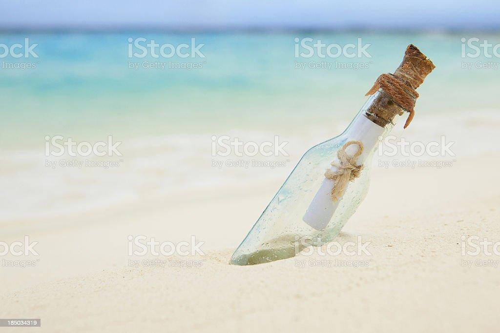 Lettre dans une bouteille sur la plage - Photo