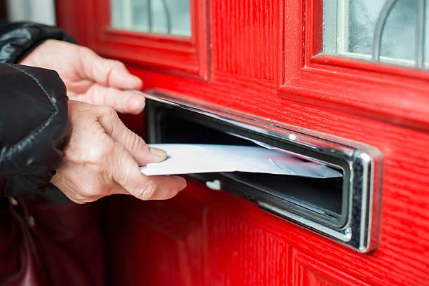 письмо в адрес - postal worker стоковые фото и изображения
