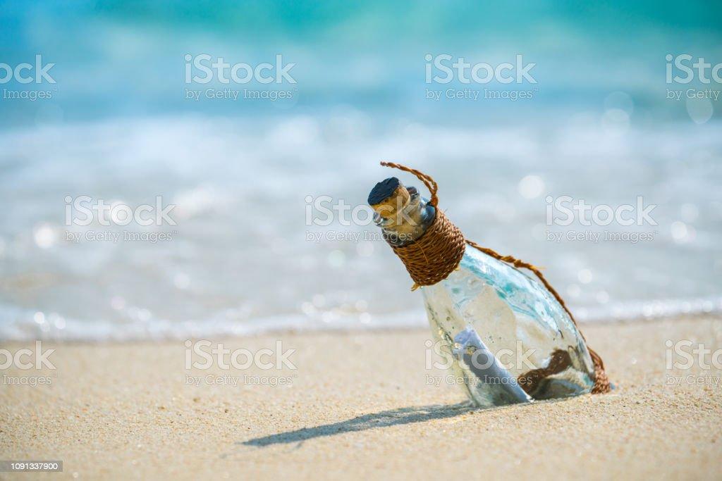 Brief-Nachricht in eine Glasflasche am Strand, Konzept für die Kommunikation. – Foto