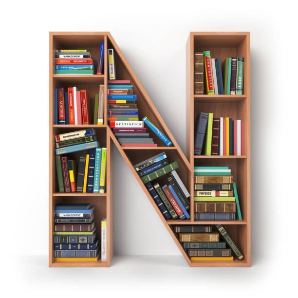 Buchstabe N in Form von Regale mit Büchern, die isoliert auf weiss. – Foto