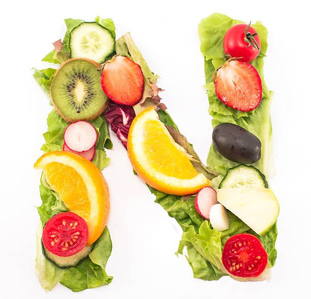 Buchstabe N gemacht aus Salat und Obst – Foto
