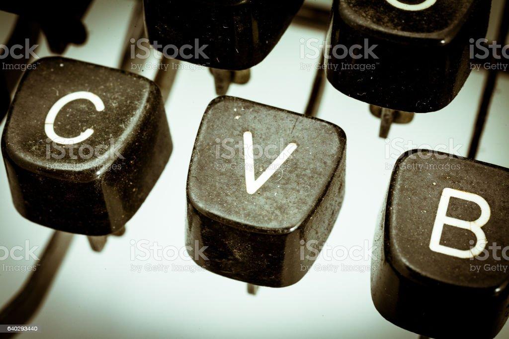 V letter on a vintage typewriter keyboard - foto de stock