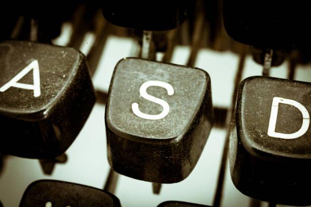 s  letter on a vintage typewriter keyboard - s stockfoto's en -beelden
