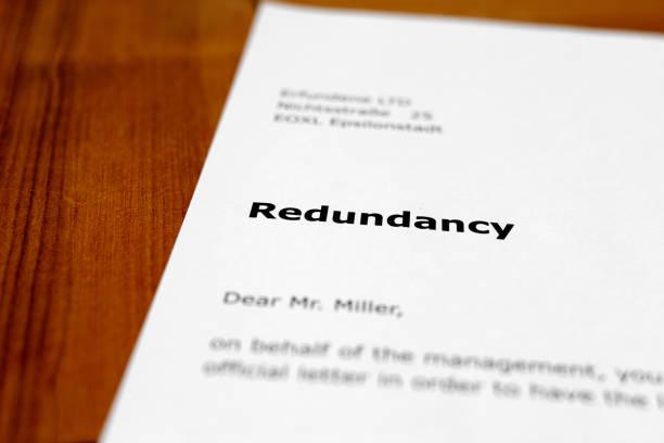 einen brief auf einem holztisch - redundanz - kündigung arbeitsvertrag stock-fotos und bilder