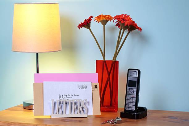 briefständer und post auf dem tisch in der halle - briefhalter stock-fotos und bilder