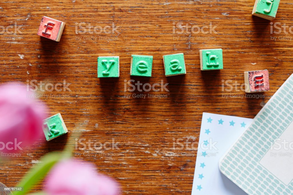 letter stamps forming the word yeah foto stock royalty-free