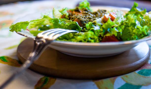 Salada de alface e cenoura com molho pesto. Foco seletivo. - foto de acervo