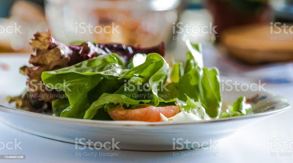 Salada de alface com tomates. Foco seletivo. - foto de acervo