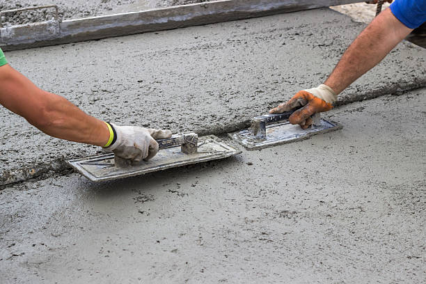 konkrete mit trowels leveling - diy beton stock-fotos und bilder