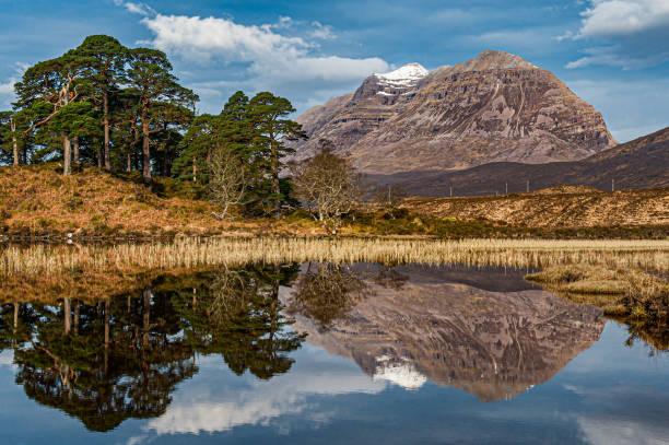 Liathach através do Loch Clair - foto de acervo