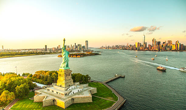 liberty island overlooking manhattan skyline - 美國 個照片及圖片檔