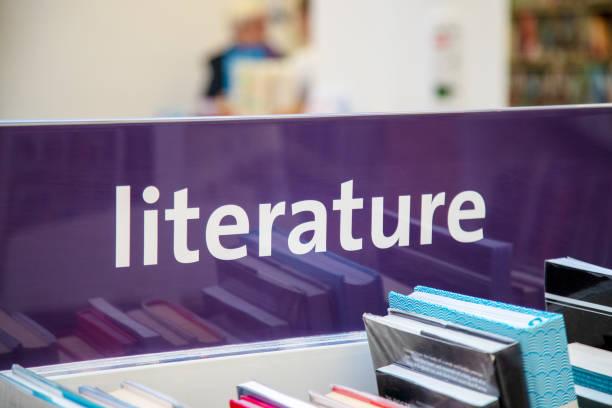 bibliotheksbücher und literatur-zeichen - bibliothekschilder stock-fotos und bilder