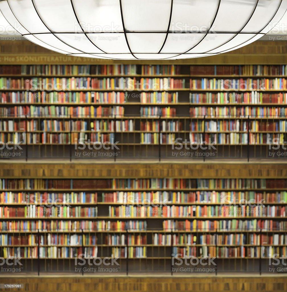 Bibliothek Bücherregal Fokus Auf Lampe Stockfoto und mehr Bilder von  Aktenschrank